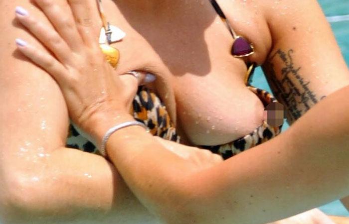 【水着画像】水着からおっぱいがこぼれ落ちちゃってる外人美女の画像