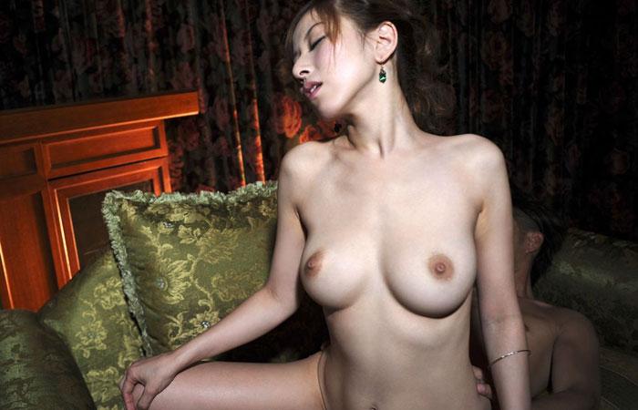 【セックス画像】騎乗位で腰振っておっぱいも揺らして乱れる女の子のエロ画像