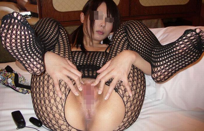 女が自分の手でマンコを開いて勃起したクリトリスやマン汁で濡れた膣穴を見せつけ!!まんまんの匂いがしてきそうな画像がエロ過ぎて3回連続でヌイたセルフくぱぁ画像40枚