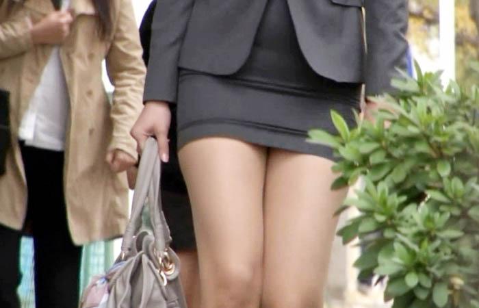 パンチラを期待させるタイトミニスカートの街撮りエロ画像