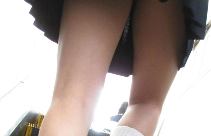【JKチラ画像】下着が見えようが見えまいが若さ漲る下半身には癒されますwww