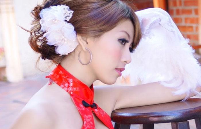 【台湾コスプレ美女】カメラマンに乗せられてパンチラ&胸チラの大サービスwww