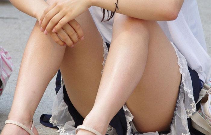【パンチラ画像】股間の微かな膨らみまで覗くwwwしゃがみ・座りのパンチラ画像