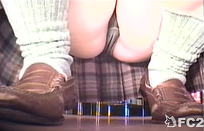 【JK逆さ撮り】桜よりマンスジを見ていたいw店の棚下から女子校生たちのパンチラを高画質で盗撮www