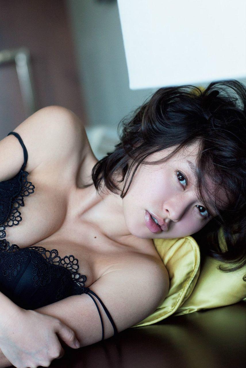 エロ過ぎる人妻・吉野紗香(31)が久しぶりにグラビア登場!【エロ画像】 02