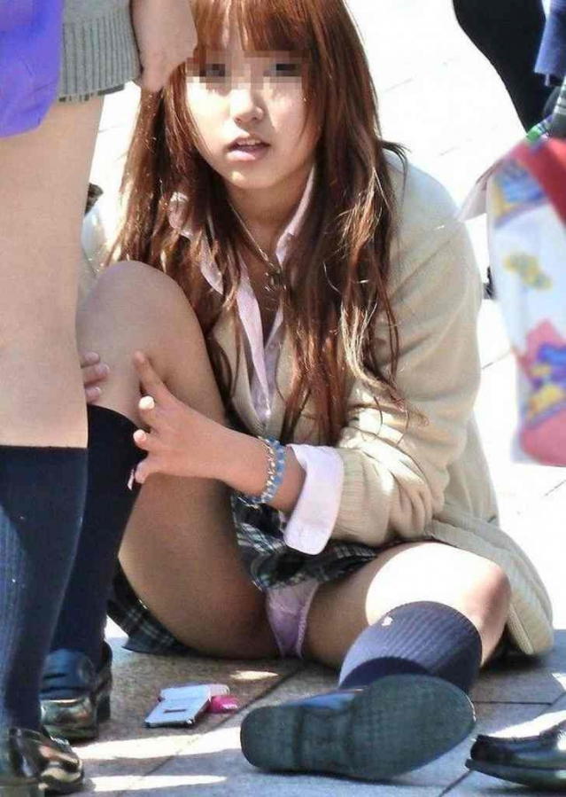 【エロ画像】女子校生が制服でモロにパンティー晒しちゃうハプニング集w 02