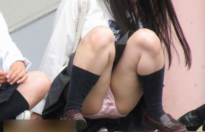 【エロ画像】女子校生が制服でモロにパンティー晒しちゃうハプニング集w