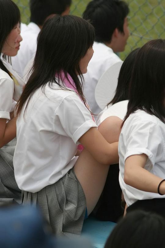 【エロ画像】制服のスカートを短くしてる女子校生のエロぃチラリズムに勃起する盗撮画像みるぅ?w 04