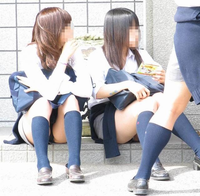 【エロ画像】女子校生が制服でモロにパンティー晒しちゃうハプニング集w 01