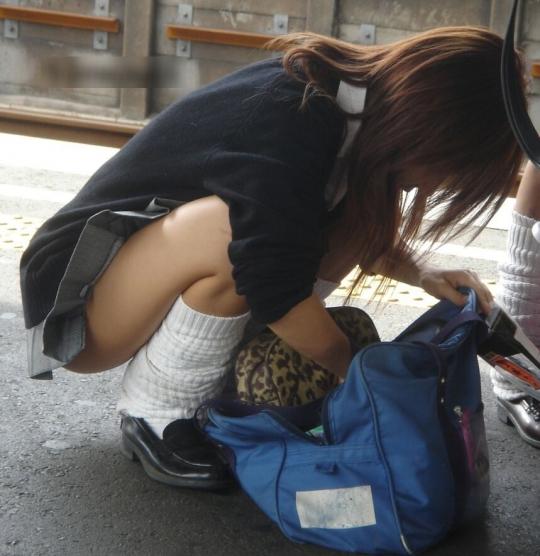 【エロ画像】制服のスカートを短くしてる女子校生のエロぃチラリズムに勃起する盗撮画像みるぅ?w 01