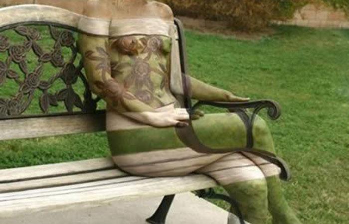 【エロ画像】ふ、服じゃねぇwボディペイントで服着た気になって外を出歩くキチ女たちwww