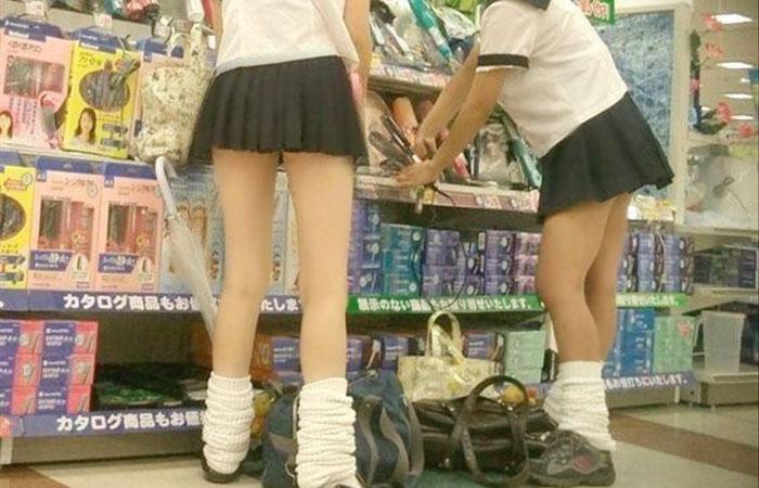 【エロ画像】女子校生のミニスカ制服の太ももに吸い付きたいwww