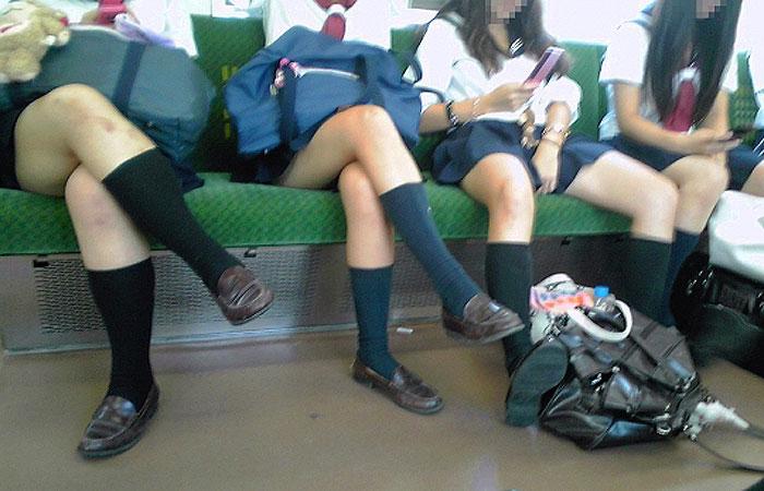 【エロ画像】電車の座席に座ってる制服女子校生の生脚&生太ももがガチで堪らんw