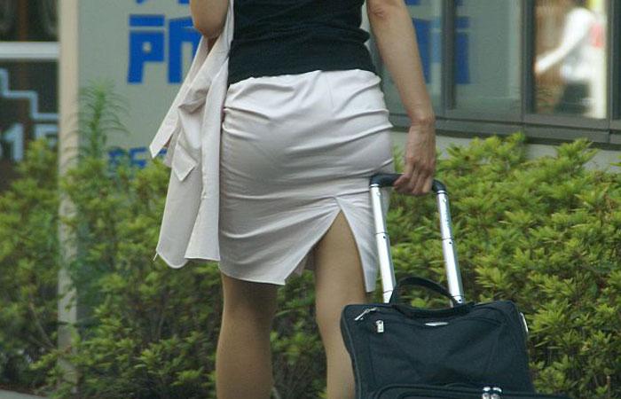 【街撮り微エロ画像】スカートのスリット部分からチラ見えする生太もものイヤらしさは異常www