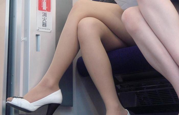 (美足えろ写真)列車に乗ってこんなに美足オネエ様揃いなら席取れなくても不満ナシ☆wwwwww