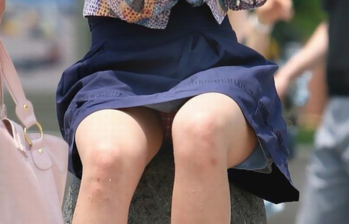 (パンツ丸見ええろ写真)そそる股間を無自覚に見せつけ挑発する街中の座り女子たちwwwwww