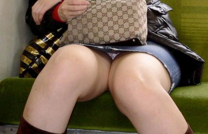 (パンツ丸見ええろ写真)その正面の座席取ったぁ☆移動の暇つぶしに最適な列車内の対面パンツ丸見えwwwwww