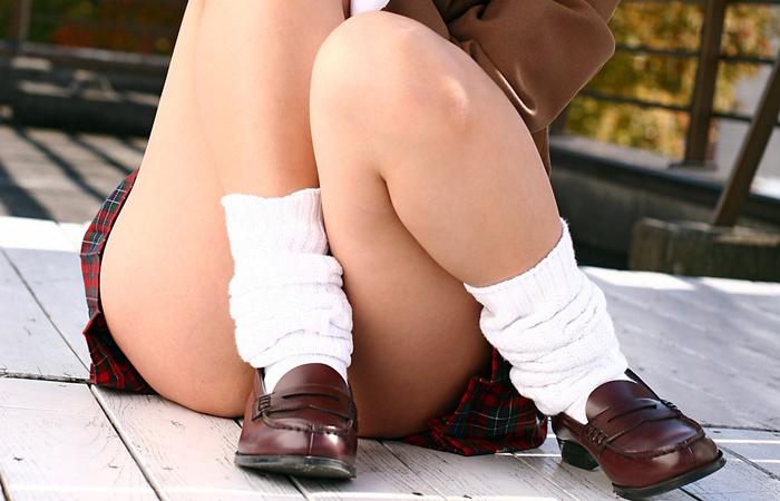 (美尻疑惑えろ写真)本人は尻じゃないと否定…体育座りで尻の端チラリする小娘wwwwww