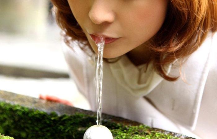 (疑似えろ写真)まるで舌先で弄んでいるみたい…ナニを☆?想像用な女子の飲食wwwwww