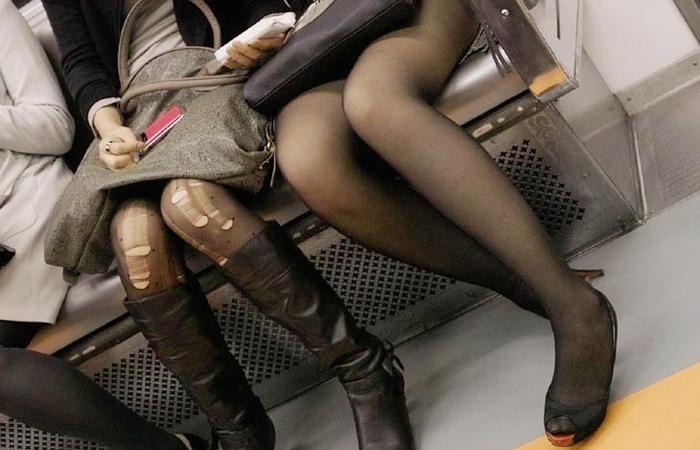 【裂けフェチエロ画像】伝線とかデニム破れとかw指摘したくなる服裂け女子www