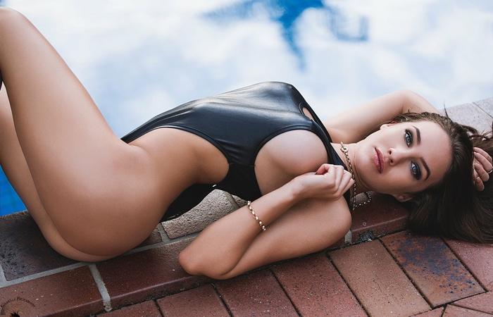 【海外エロ画像】豊穣ボディが窮屈そう…外人さんの決まり過ぎ競泳水着姿www