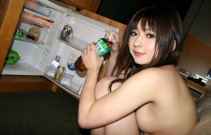 【事後エロ画像】ヤッた後の栄養補給に…裸で冷蔵庫を物色中の女の子www