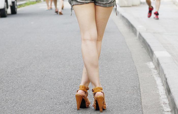 【美脚エロ画像】脚の美麗さが際立つポーズ!X状に構えて悩殺する妖艶美脚www