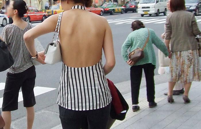 【私服エロ画像】背中出しは既に常識w夏場は露出を自重しないギャル私服www