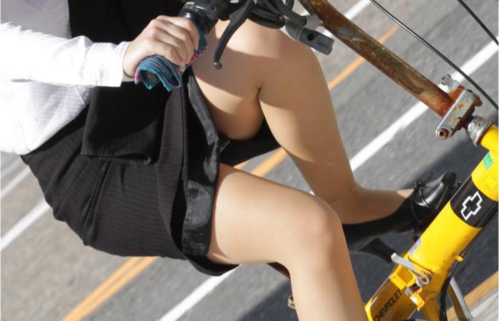 【美脚エロ画像】パンチラ狙いだけじゃない!美脚にも目を向けるべきチャリ娘www
