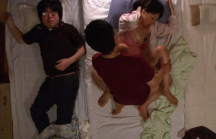 【三次エロ動画】親友のカーチャンが美人で巨乳だから…お泊まり中にヤりましたwww
