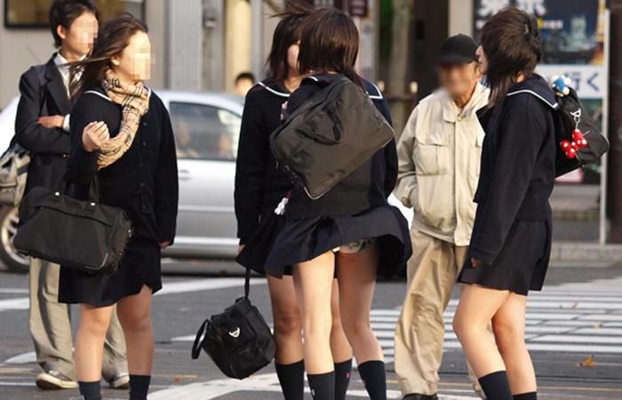 (パンツ丸見ええろ写真)風が足りないwwもっと女のスカート捲ってパンツ見せてチョーダイ☆