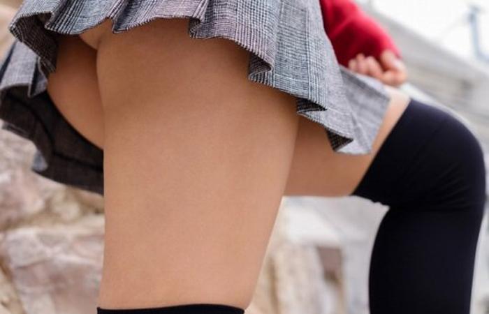 (ニーソえろ写真)生脚減ってもこっちが増えるwwムチ股そそる絶対領域の美足wwwwww