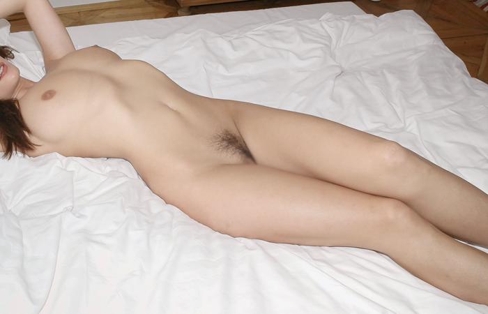 【全裸エロ画像】隠さないのも潔いねw一切の嘘すらもない真っ裸の美女www