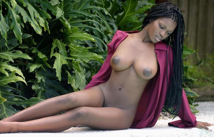 (海外えろ写真)肌の色なんてカンケイなく余裕wwピンクに染めたいアフリカ人モデルの裸体wwwwww