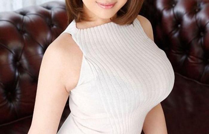 (着えろ写真)乳袋ならもっとイイ☆二の腕と体のライン浮きが売りのハイネックノースリーブ姿wwwwww