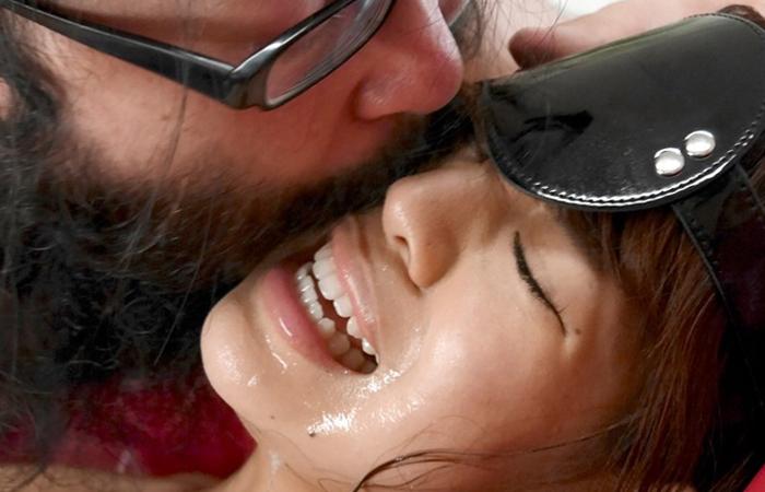 【接吻エロ画像】内心引いてます?キモ男の遠慮なきベロキスの洗礼を受ける美女www