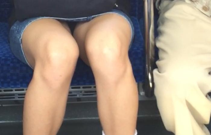 (美足&チラリズムえろ写真)パンツ見えずとも諦めない☆列車の対面から美足チェックwwwwww