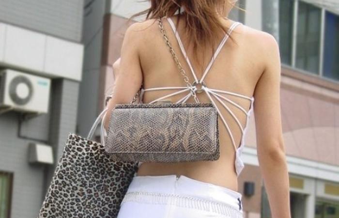 【私服エロ画像】綺麗な背中…エッチなマークを付けてやりたくなる後ろ丸見えギャルの街撮りwww