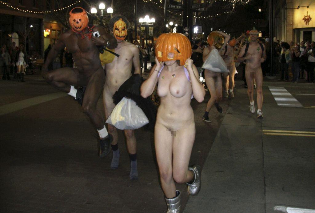 (露出えろ写真)こんなハロウィンも検討しとこうか…露出同然の破廉恥姿でお菓子回収中wwwwww