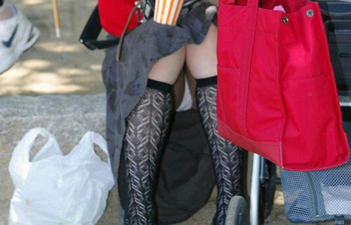 (お母ちゃんチラえろ写真)ダンナの居ない平日だと見え放題☆お母ちゃんさんたちの無防備パンツ丸見えwwwwww