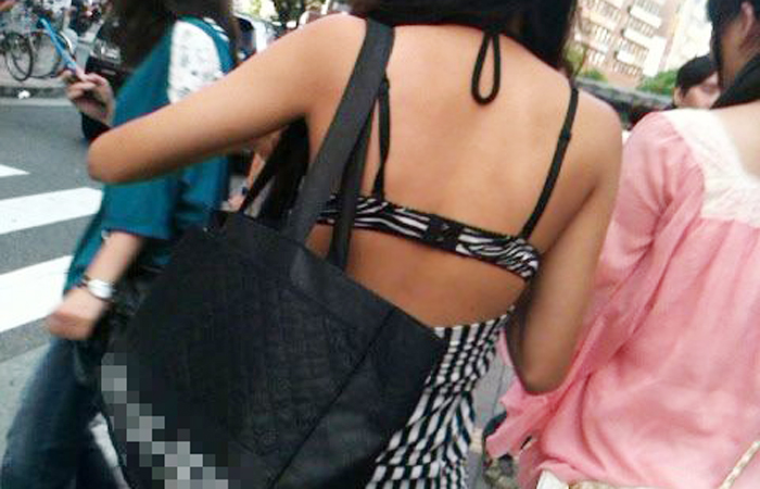 (街角着えろ写真)おカネはあるけど背中開きww見せるの大好きシロウトGALの露出過度ファッションwwwwww