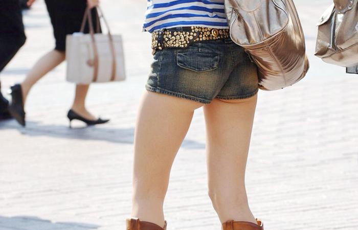 【尻チラエロ画像】裾から隠しきれない肉がwホットパンツ女子のワガママなハミ尻www