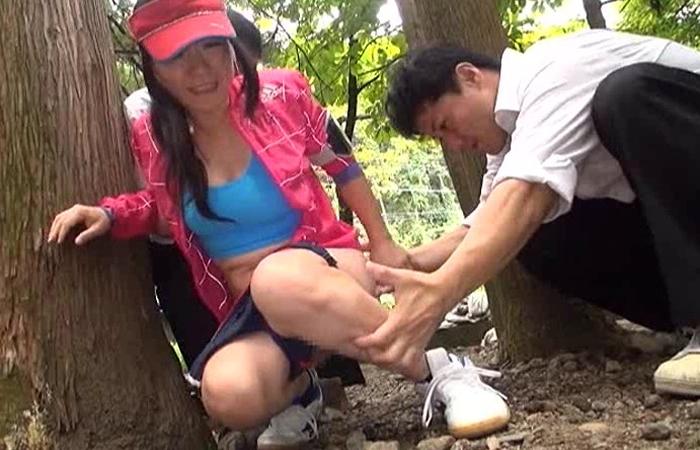 【三次エロ動画】ジョギング中に催して…放尿見られてDQNにヤられるお母様www