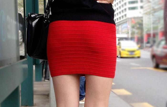 (着尻えろ写真)大きくて揺れるから注目ww隠せないタイト姿の街角女尻wwwwww