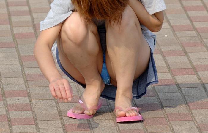 (パンツ丸見ええろ写真)ミニスカ女子が腰を下ろせば即ち…見逃せないパンツ丸見え中wwwwww