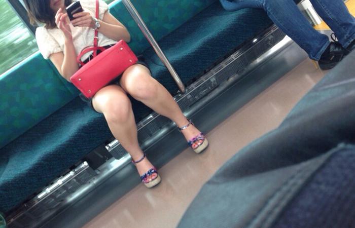 【パンチラエロ画像】長旅ほど見る時間も長いw電車内の丸見えパンチラ監視www