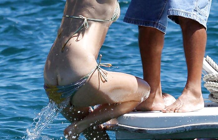 【半ケツエロ画像】信頼度は乳ポロを超える!水着美女のハミ尻ハプニングwww