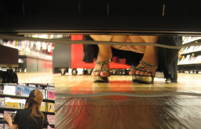(パンツ丸見ええろ写真)ミニのねーちゃん座ってたら迷わず…店内の棚下からご無礼wwwwww