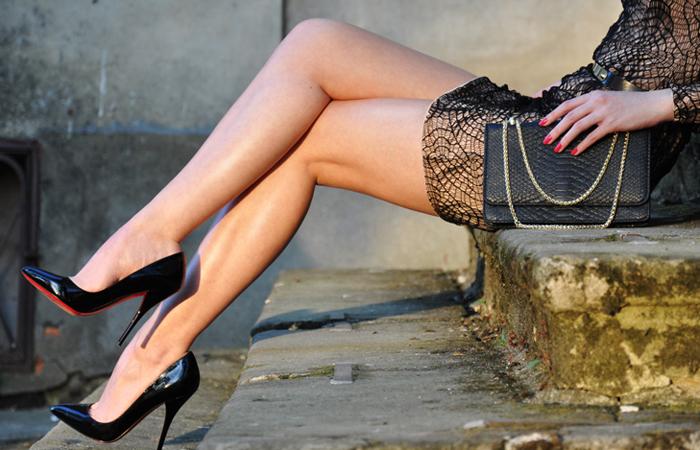 【美脚エロ画像】実に踏まれ甲斐のある・・鋭いヒール履いた美女の足www