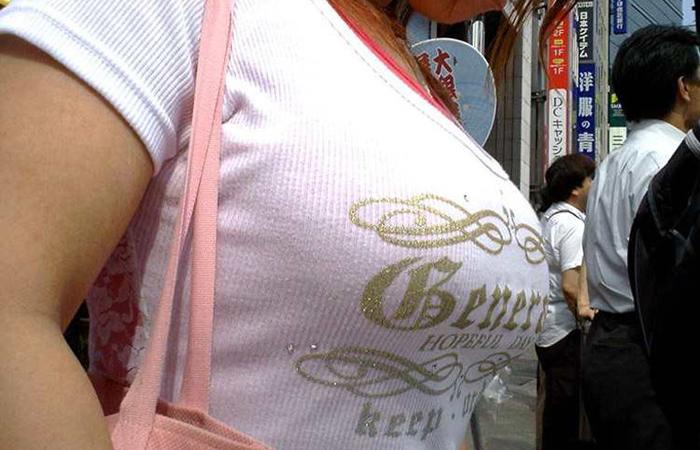 【巨乳エロ画像】生はもっと凄いはず!街中の目を引く着衣おっぱいwww